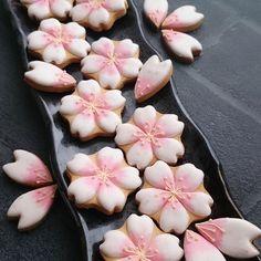 【shumama73】さんのInstagramをピンしています。 《サクラクッキー サクラの花をフリーズドライ にしたサクラの花フレーク入り⭐ 甘じょっぱい味なのでお茶と合いそう #アイシングクッキー#icedcookies #icingcookies#royalicing#sugardecoration#instagood#instacookies#instafood#instasweet#kawaii#아이싱쿠키#曲奇#糖霜曲奇#桜#サクラ#サクラクッキー》