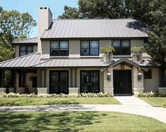 Exterior House Colors With Brown Roof Design, Pictures, Remodel, Decor and Ideas Toiture ! Craftsman Exterior, Modern Craftsman, Modern Exterior, Craftsman Style, Craftsman Cottage, Cottage House, House Porch, Grey Exterior, Traditional Exterior
