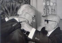 Bourguiba décore en 1986 Rachid Sfar de l'ordre du Mérite de Bourguiba.