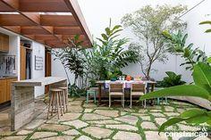 Uma reforma radical transformou esta residência paulistana, antes escura e compartimentada, numa morada clara e integrada. Cercada de jardins, ela ganhou ainda mais vida entre as texturas de madeira, pedra e concreto