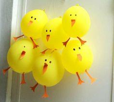 Poussins de Pâques avec des ballons gonflables