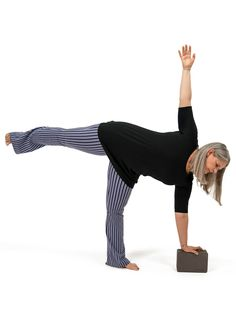 Want to learn yoga sequencing from a pro? Master teacher Cyndi Lee combines asana and Tibetan Buddhism to create slow flow vinyasa classes with a contemplative touch. Yoga Terminology, Yoga Master, Home Yoga Practice, Mountain Pose, Yoga School, Learn Yoga, Leg Work, Yoga Journal, Vinyasa Yoga