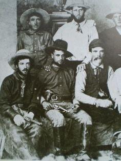 アメリカのガンマンたちである。1970年代に写真館にやってきたカウボーイたち が、郷里にもちかえる記念として撮ったもの。