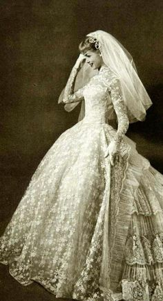 47 Modern Gowns Ideas For Wedding 47 ideas de vestidos modernos para la boda Vintage Outfits, Vintage Gowns, Vintage Mode, Vintage Fashion, 1950s Fashion, Retro Vintage, Club Fashion, Fashion Tips, Vintage Ideas