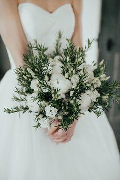 Brautstrauss mit weissen Pfingstrosen und Rosmarin
