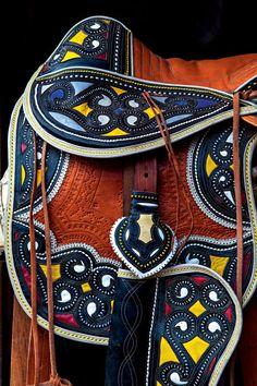 Campanas criam com inspiração no cangaço Arte Popular, Popular Art, Side Pull, Cultural Crafts, South American Art, Fashion Details, Fashion Design, Surface Pattern Design, Leather Purses