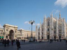 Piața Domului, înconjurată de Galleria Vittorio Emanuele II, important centru comercial și unul dintre cele mai frumoase din lume. Florența, Italia.
