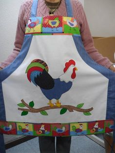 Avental galo elegante - main piece and then patchwork edges Sewing Crafts, Sewing Projects, Chicken Quilt, Chicken Crafts, Cute Aprons, Chickens And Roosters, Sewing Aprons, Galo, Aprons Vintage