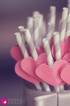 Popotes de papel grises con corazones