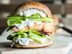 Lachs-Burger vom Grill mit Chili-Dill-Mayonnaise