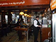 Cafe Karpershoek (Martelaarsgracht 2) abrió sus puertas en 1606 como un pub para los marineros y si bien la atmósfera, el entorno y sus visitantes han cambiado, sus dueños se enorgullecen de tener los mismos mozos desde hace veinte años y de mantener algunos rincones intactos.