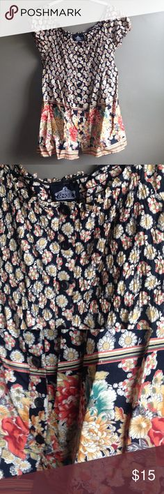 FLORAL TOP FLORAL TOP. Button down. Great condition! Worn and washed. Smoke/animal free home. No size listed. I would say medium Tops