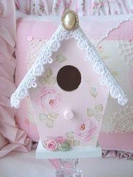 Casa de passarinho de madeira floral com renda
