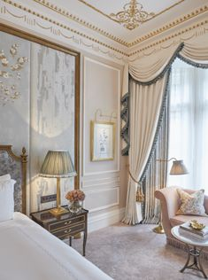 The resplendent room celebrates London and Claridge's Victorian era and transports you to a bygone era. Home Room Design, House Design, European Home Decor, Elegant Homes, Luxurious Bedrooms, Home Decor Bedroom, Decoration, Interior Design, Victorian Era