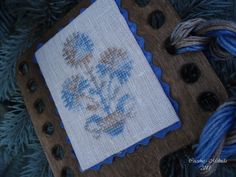 Csicsóné - Xszemekkel az életem: Hornbook    Nina's Threads: Blue Bunny  Design: Carnations by Babi's Treasures  Hornbook: Hababann Designs Blue Bunny, Carnations, Crossstitch, Urn, Houses, Handmade, Design, Hand Made, Cross Stitch