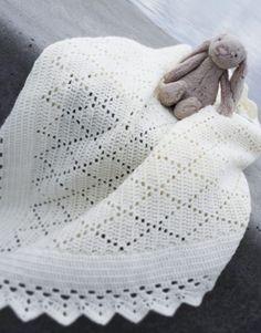Et hæklet babysvøb, hvor du ikke behøver være en øvet hækler.  For at kunne hækle babysvøbet skal du kunne hækle følgende: Luftmasker, fastmasker, kædemasker og stangmasker.    Garn:  Til hækleopskriften anvendes Hjertegarns Extrafine Merino 150.Det anbefales at bruge netop denne type garn, da målene og dermed størrelsen ellers ikke bliver som angivet.  Løbelængde: 50 g = 150 m    Der skal anvendes ca. 400 gram/8 nøgler Extrafine Merino 150.    Mængden af garn der skal anvend...