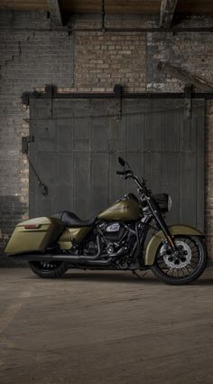 Command the road with aggressive custom styling straight from the factory and the powerful performance of the all-new Milwaukee-Eight engine. | 2017 Road King Special