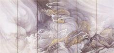 円山応挙 雲龍図屏風右双 私はこれは見事な雲龍図だと思った。金泥で描かれた力強い龍が雲と波のうねりの中から浮かび上がってくる。雲も波も印象的だが、龍にまとわりつく雲でも波でもない白い輝線が見事だ。一部に金泥を使った硬い岩の存在感もいい。琳派の豪放さとはちょっと違って、空間の中を動く龍の自在さのようなものが伝わってきて印象的だ。 左双の龍は例によって玉を握っている。この左双には岩が無い分、龍が大きく、正面からの表情は左双の方が大きくわかりやすい。しかし昇っていくこの右双の龍は捨てがたい。早い動きまでが伝わってくるようだ。 龍は、竜巻に想を得た架空の長大な動物だが、不気味な雲に海や大地から上昇する竜巻はまさに龍と呼ぶにふさわしいのだろう。 金泥と墨の濃淡だけでこれだけの迫力と動きとスピード感をもった絵を描くということのすごさを感じた。何かに触発されて、圧倒的な自然の力を画家が感じ取っていることがわかる絵だ。 その「何か」はわからないが、その力が渦巻く雲や波、そして龍に乗り移ったようだ。またそれらの動きに抗してどっしりした岩の、梃子でも動かぬ強さも見事だ。