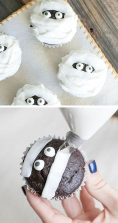 halloween desserts Whip up a batch of frightfully good Halloween party cupcakes! These spooky cupcake recipes make Halloween so much sweeter. Here are a few of our favorite ideas. Halloween Desserts, Hallowen Food, Bolo Halloween, Halloween Torte, Pasteles Halloween, Recetas Halloween, Halloween Treats For Kids, Halloween Baking, Halloween Cocktails