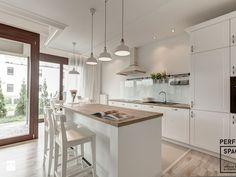 Klasyka na nowo - Średnia kuchnia dwurzędowa w aneksie z wyspą, styl skandynawski - zdjęcie od Perfect Space Interior Design & Construction