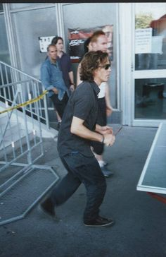 Eddie Vedder 2000, playing table tennis!!