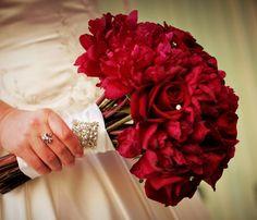 dark red winter bouquet | red bouquet wedding