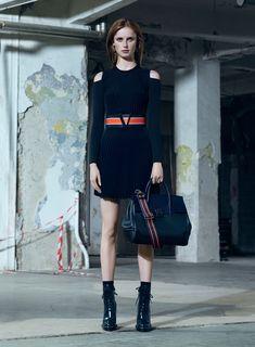 Versace propõe sensualidade menos óbvia e mais cool para o pre-fall 2016 - Vogue   Desfiles