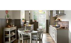 Cuisine Classic - Bois - Bolero. Cette cuisine sur-mesure laisse entrer la lumière et la nature. Les deux murs parallèles sont particulièrement bien équipés : d'un côté, la zone de lavage, le réfrigérateur et la cuisson, de l'autre, un espace dédié à la préparation. Idéal pour élaborer de savoureuses recettes.