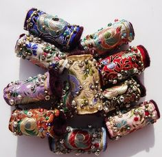 Creative Fabric Bead Tutorials Carmi's Art/Life World: Vintage Ribbon Beads. These are pretty spectacular beads!Carmi's Art/Life World: Vintage Ribbon Beads. These are pretty spectacular beads! Paper Jewelry, Textile Jewelry, Fabric Jewelry, Jewelry Crafts, Jewelry Art, Beaded Jewelry, Jewellery Box, Jewellery Shops, Jewelry Stores
