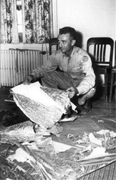 """UFO碎片惊现中国汉字 美国大惊失色!1985年在新墨西哥州的近郊外,被一名不明人士所检到的奇怪金属片,己经送交给UFO研究单位去研究,其中解读文字就只有汉字的""""中""""可以解读,其金属结构体也调查过,无法解释出是哪一种金属,但基本上可以确定,不属于地球之类。  UFO学者认为这块金属片可能跟新墨西哥州,发生在1972年UFO坠落事件有关系,其中原因�"""