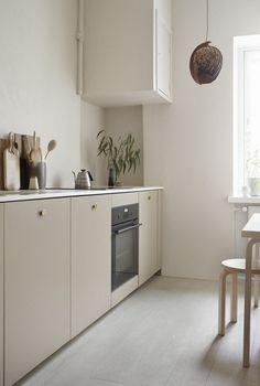 Perfect Sunday morning! A.S.Helsingö's Ingarö kitchen design in Linen Brown. Brass PARASOL handles. Built on IKEA METOD cabinet frames.