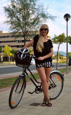 Black white BlogdeLaBruja Bicycle, Street Style, Black And White, Shorts, Outfits, Sour Cream, Cruiser Bikes, Walks, Bike
