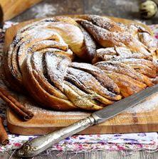 Ένα διαφορετικό τσουρέκι από αυτά που έχουμε συνηθίσει. Πλούσιο σε υφή, με μπόλικο καβουρδισμένα φουντούκια και λευκή σοκολάτα Marzipan, Greek Cookbook, Candy Crash, Xmas Desserts, Easter Recipes, Greek Recipes, Sweet Life, Apple Pie, Cinnamon