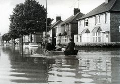 Here are some rarely seen pictures of theGreat Flood in England in At Ashton Rd., Bristol At Eastville, Bristol Avonmou. Old Photos, Vintage Photos, Bristol City Centre, East Street, The Blitz, Hill Station, England Uk, End Of The World, Somerset