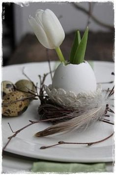 Cute Easter table decoration with eggs and flowers. There are even more decoration ideas - Ostern Easter Table Settings, Easter Table Decorations, Decoration Table, Flowers Decoration, Happy Easter, Easter Bunny, Room Deco, Coloring Easter Eggs, Easter Celebration