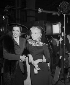 """1953 / Marilyn , Jane RUSSELL et Tommy NOONAN en backstage et dans l'une des toutes premières scènes du film """"Gentlemen prefer blondes"""". Marilyn est coatchée par sa professeur d'art dramatique du moment, Natasha LYTESS."""