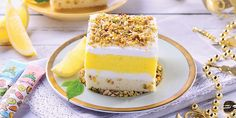 Lemon lush bar adalah kue yang dilapisi dengan segarnya cream lemon dan gurihnya taburan kacang pistachio yang mempercantik tampilan luarnya. Kue ini dapat disajikan di malam pergantian tahun baru dan cocok disajikan dengan secangkir teh hangat.