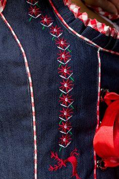 Sonderposten: Mini-Dirndl mit Bluse