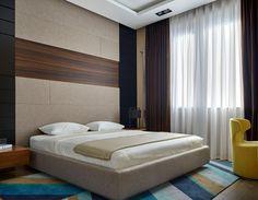 carrelage pierre naturelle, chambre design avec tête de lit XXL et tapis graphique