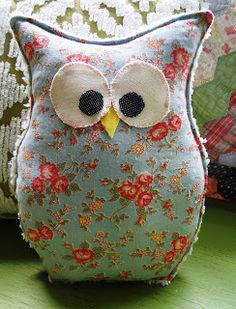 ♥♥♥ Have to try to make such a cute owl! (by Button Bird Designs) Sewing Projects For Kids, Sewing Crafts, Craft Projects, Fabric Birds, Fabric Scraps, Sewing To Sell, Felt Owls, Owl Crafts, Owl Patterns