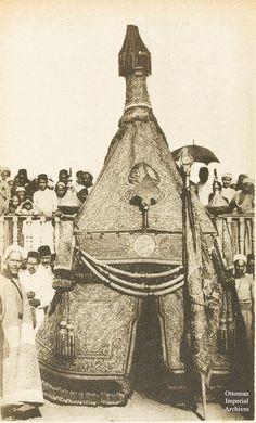 Istanbul'dan Mekke'ye Kisve'yi (Kâbe örtüsü) taşıyan Mahmal kervanı, Kahire, Osmanlı dönemi Mısır, 1894.