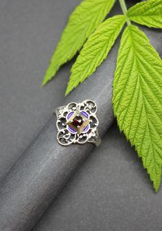 Traditioneller Trachtenschmuck Silberring mit Granat gefasst und blauem Emaille verziert. Jetzt in unserem Online-Shop kaufen. Kids And Parenting, Rings, Jewelry, Enamel Jewelry, Rhinestones, Jewellery Making, Jewelery, Ring, Jewlery