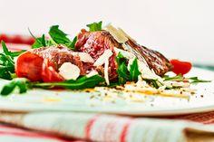 Tagliata mit Rucola, Kirschtomaten und Parmesan
