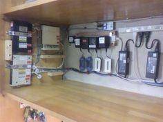 側面にLAN配線  奥壁に電源類を  配線整理しました