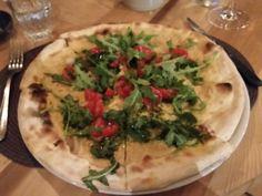 QUEL CASTELLO DI DIEGARO. CESENA. pizza vegana con hummus pomodorini rucola e pesto di prezzemolo LA MIGLIOR PIZZA DI CESENA!