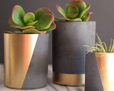 Black and Gold Planter. Minimalist Planter Succulent Pot Source by deko gold Cement Art, Concrete Crafts, Concrete Projects, Diy Concrete Planters, Diy Planters, Pots D'argile, Do It Yourself Decoration, Gold Planter, Decoration Plante