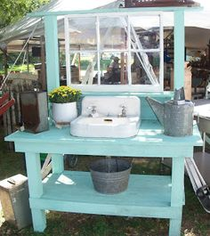 Potting Bench Ideas - Want to know how to build a potting bench? Our potting bench plan will give you a functional, beautiful garden potting bench in no time! Potting Bench With Sink, Potting Tables, Rustic Potting Benches, Pallet Potting Bench, Diy Garden Projects, Outdoor Projects, Lavabo Exterior, Outside Sink, Potting Station