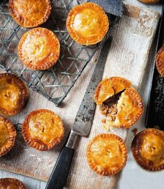 Savoury mince pies: We both remember eating little pies like these as kids – very plain but tasty, with nice flaky pastry. They make an ideal family supper. Pork Pie Recipe, Pie Pastry Recipe, Pork Mince, Mince Pies, Meat Pies, Savoury Mince, Savoury Dishes, Savoury Bakes, Easy Pie Recipes