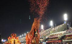 'Cavalo de Troia' da Beija-Flor cospe papel picado durante o desfile da escola na Sapucaí