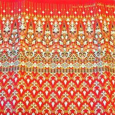 Stoff Tischtuch Polyester mit rot/weiß/goldenem Druck